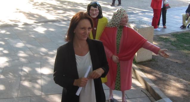 La diputada Carolina Bescansa junto a 'As Marías' de Santiago