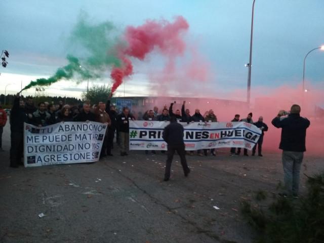 Protestas frente a la cárcel de Teixeiro durante la segunda jornada de huelga