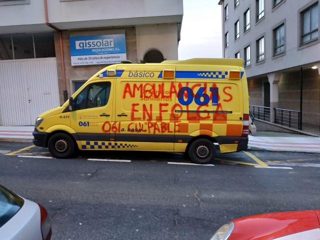 Ambulancia del 061 que sufrió destrozos y pintadas en la madrugada de este domin