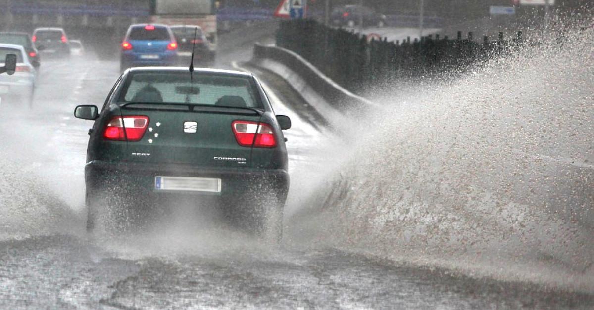 Coche lluvia inundacion
