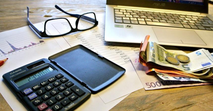 Dinero billetes cuentas impuestos