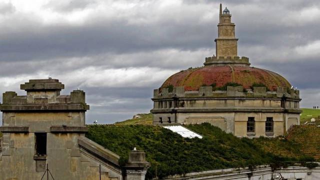 Antigua prisión provincial de A Coruña, al fondo la Torre de Hércules