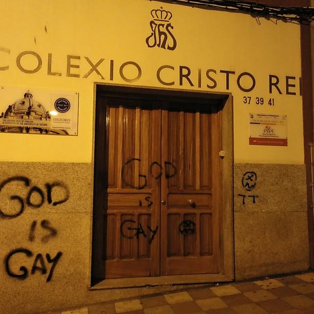 Pintadas en la fachada del colegio Cristo Rey de Ferrol