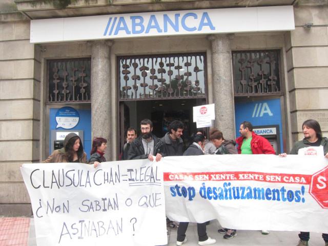 Protesta de Stop Desahucios ante Abanca contra las cláusulas suelo