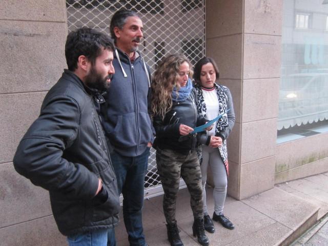 Miembros del Comité Electoral atienden a los medios fuera de la sede de En Marea