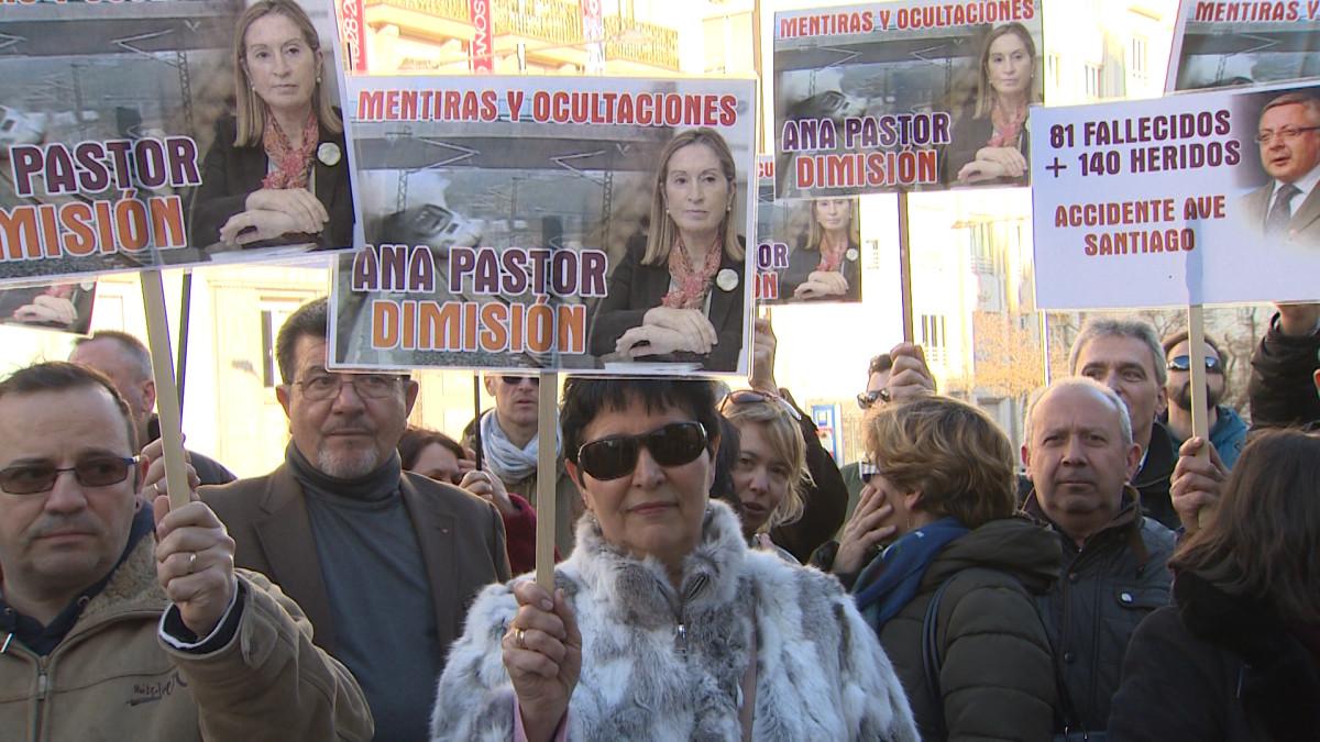 Alvia victimas protestan delante del congreso