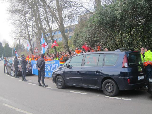Trabajadores de ambulancias protestan a la salida de un acto de Feijóo en Santia
