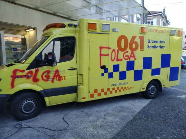 Ambulancia en Galicia con pintadas durante la huelga en el sector.