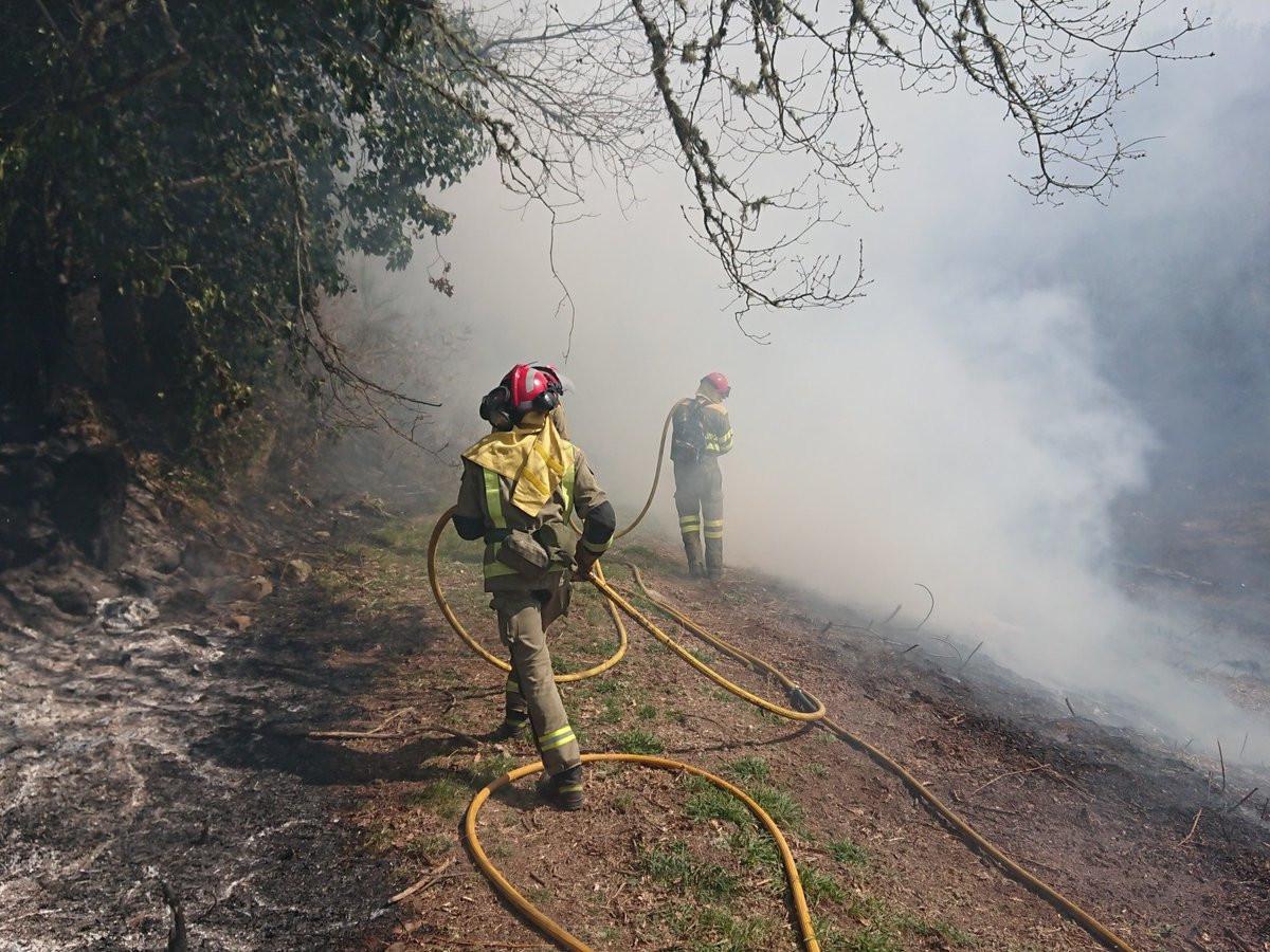 Incendio en calvos de randin foto de brigada vilamaior twitter