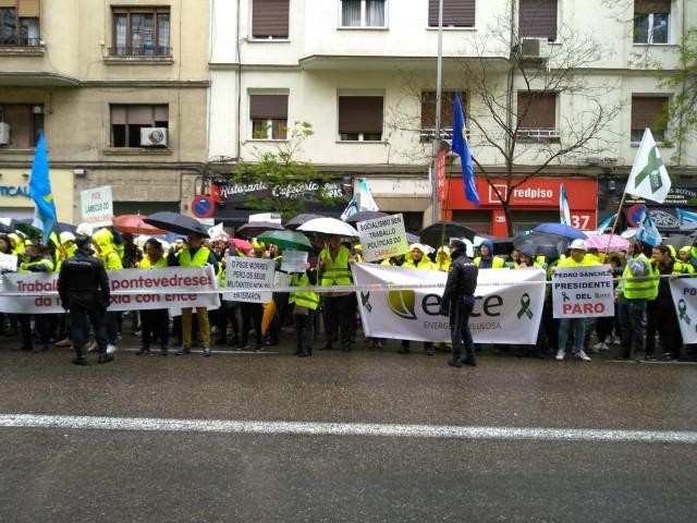 Trabajadores de Ence se manifiestan ante la sede del PSOE en rechazo a la posibilidad de cierre en Pontevedra