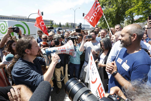 Pablo Iglesias visita a los trabajadores de la planta de PSA Citroën en Vigo en huelga por sobrecarga de trabajo