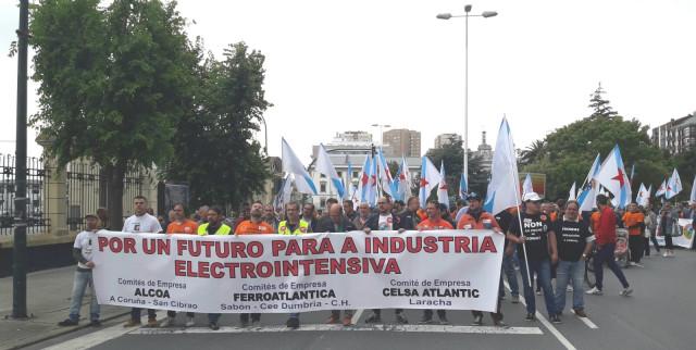 AV.- Un millar de personas exige en A Coruña al Gobierno que regule el precio de la energía para las electrointensivas