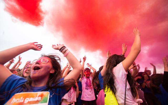 Medio millar de personas participan en la carrera 'Holi Gaiás' en Santiago de Compostela