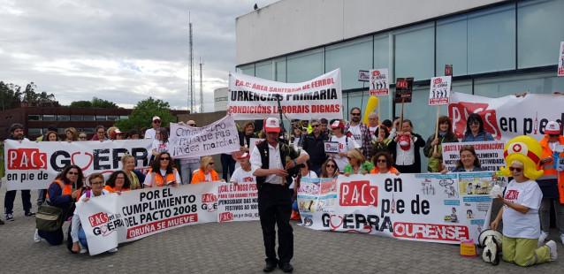 Un centenar de trabajadores de PAC de Galicia se concentra delante del Sergas para reivindicar una reunión
