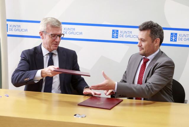 El vicepresidente de la Xunta, Alfonso Rueda, y el director de UFD, la distribuidora eléctrica de Naturgy, Raúl Suárez, en la firma de un convenio.