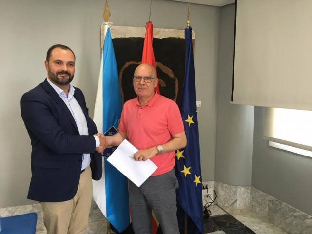 El portavoz del PSOE en la Diputación de A Coruña, Bernardo Fernández (i) y el del BNG, Xosé Regueira (d), tras presentar el acuerdo marco alcanzado entre ambas formaciones políticas.