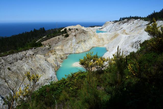 Balsas mineras en la zona de explotación de áridos en Monte Neme, entre Carballo y Malpica (A Coruña)