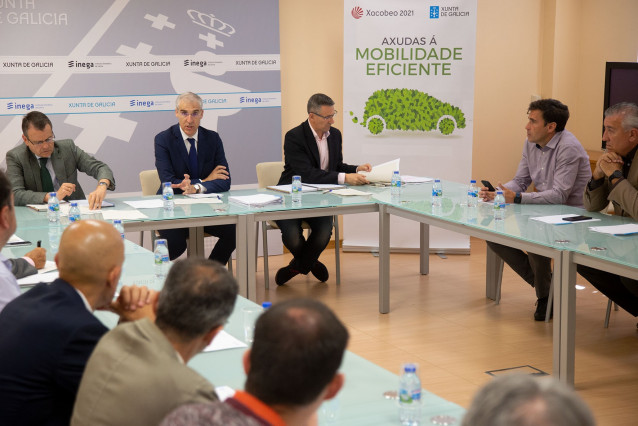 El concelleiro de Economía, Francisco Conde, durante la reunión con los representantes de los concesionarios gallegos que participarán en elas ayudas del plan renove.