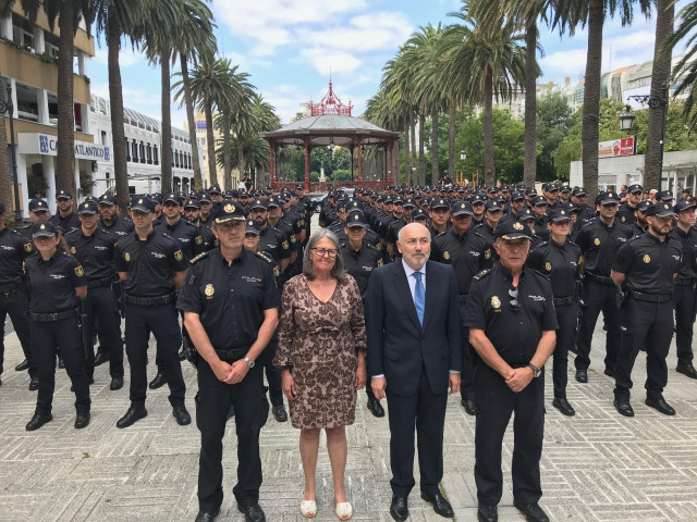 El delegado del Gobierno en Galicia, Javier Losada, el jefe superior de la Policía en Galicia, Manuel Vázquez, y la subdelegada del Gobierno en A Coruña, Pilar López-Rioboo, reciben a 154 alumnos de policía que comienzan su formación.
