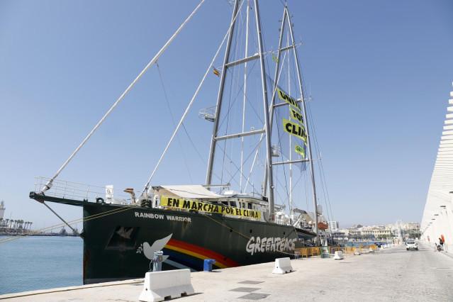 El buque  Rainbow Warrior de Greenpeace en Málaga