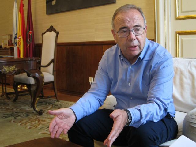 El alcalde de Santiago de Compostela, Xosé Sánchez Bugallo, en la entrevista con Europa Press