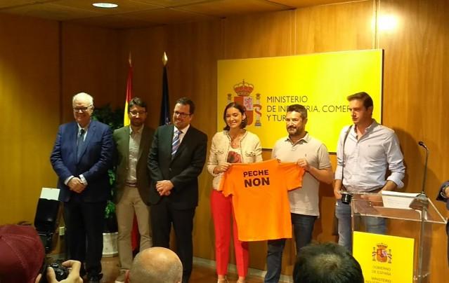 La ministra de Industria, Comercio y Turismo, Reyes Maroto, y el secretario general de Industria y de la Pyme, Raül Blanco, en la firma del acuerdo definitivo sobre Alcoa