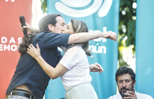 El líder de Podemos, Pablo Iglesias, y la candidata gallega de En Comun Unidas Podemos,Yolanda Diaz, intervienen en el acto de Podemos en Ferrol, Galicia