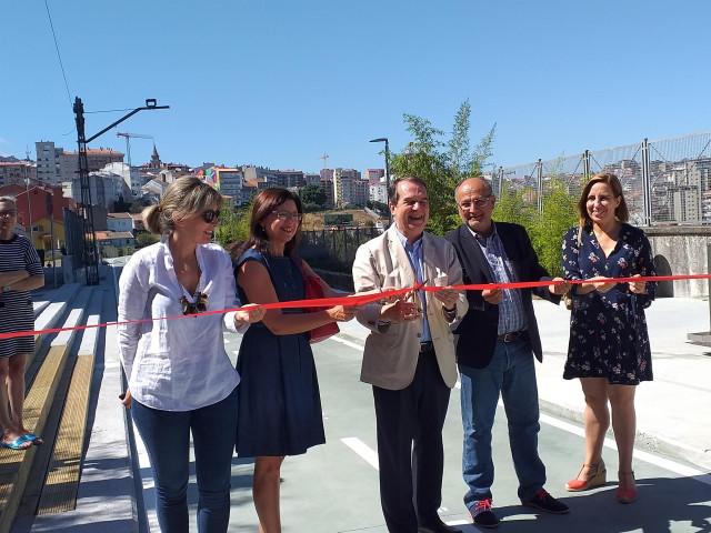 El alcalde de Vigo, Abel Caballero, y varios concejales inauguran un tramo de la Senda Verde, que discurre por la antigua vía del tren.