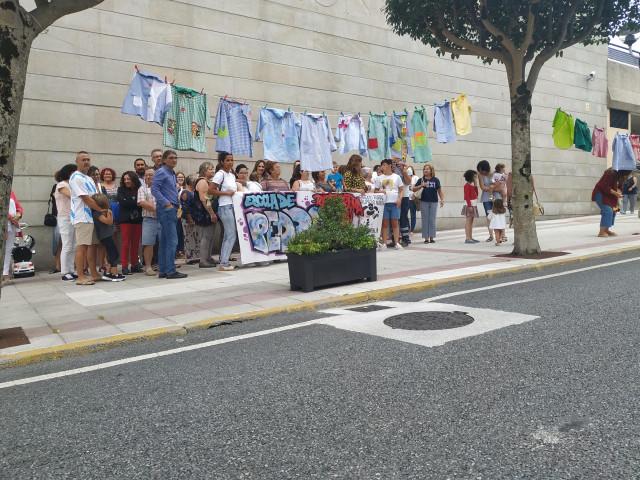 Concentración ante el Ayuntamiento de Narón para reclamar la reapertura del colegio de Pedroso en Narón.
