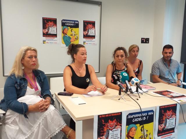 Portavoces del colectivo vigués 'Enfermeiras sen cadeas', con representantes de Prosagap, CIG-Saúde y CC.OO.