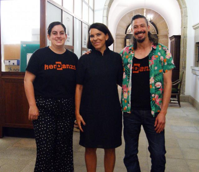 La Concejala de Urbanismo, Vivienda, Ciudad Histórica y Acción Cultural, Mercedes Rosón, junto con los portavoces del festival Herdanza, Isabel Sáncheez y Leodán Rodríguez.