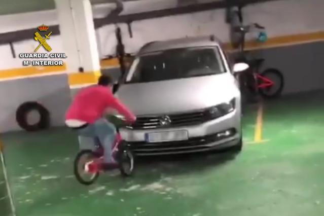 Identificado por hacer acrobacias con una bicicleta en un garaje de Baiona, y causar daños en dos vehículos.
