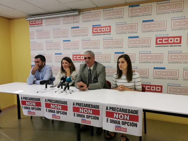 De izquierda a derecha: el secretario general de CC.OO. Galicia, Ramón Sarmiento; la diputada de Galicia en Común Yolanda Díaz; el secretario general estatal de CC.OO. Sanidad, Antonio Cabrera; y la diputada del Grupo Común da Esquerda Eva Solla.