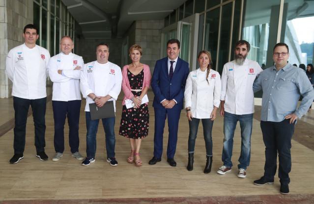 La directora de Turismo de Galicia, Nava Castro, y el conselleiro de Cultura e Turismo, Román Rodríguez, en la firma de un convenio con el Grupo Nove, capitaneado por el chef Miguel Ángel Campos.