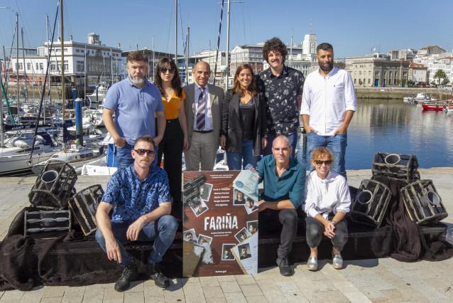 La alcaldesa, Inés Rey, asiste a la presentación de la obra teatral 'Fariña'