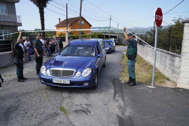 Salida de un coche fúnebre con el cuerpo de una de las víctimas del tiple crimen en el concello de Valga en la provincia de Valga. Un hombre de 45 años, identificado como José Luis Abet, se ha declarado el autor del asesinato en un puesto de la Guardia Ci