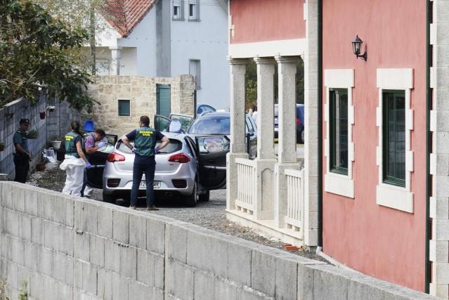 Agentes de la Guardia Civil en el domicilio de las tres víctimas del crimen en el concello de Valga en la provincia de Pontevedra. Un hombre de 45 años, identificado como José Luis Abet, se ha declarado el autor del asesinato en un puesto de la Guardia Ci