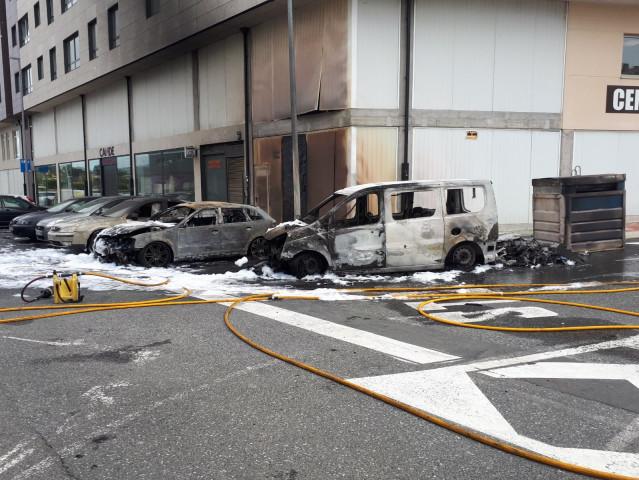 Una furgoneta y dos turismos, calcinados en un incendio registrado en Narón (A Coruña).