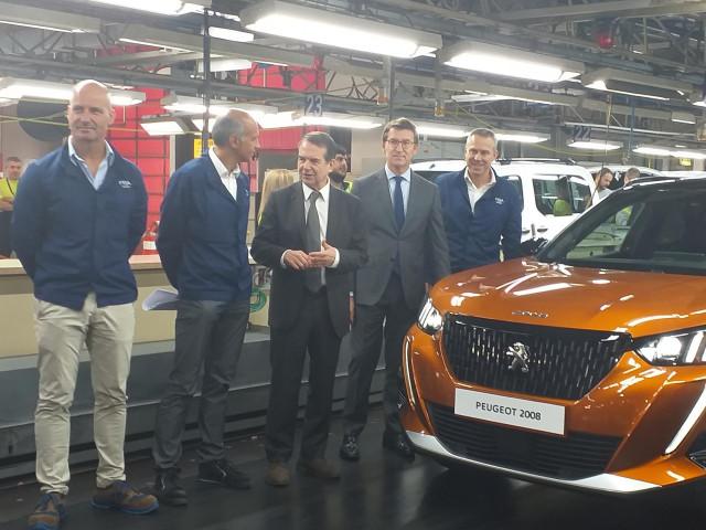 Alberto Núñez Feijóo y Abel Caballero, con directivos de PSA Peugeot Citroën, en el acto de lanzamiento industrial del nuevo Peugeot 2008