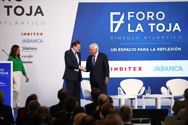 Los expresidentes de Gobierno Mariano Rajoy (i) y Felipe González (d) se dan la mano antes de la conversación sobre las 'Tres miradas sobre España' moderada por la abogada especialista en derecho de la Unión Europea, Míriam González (entrando al escenario