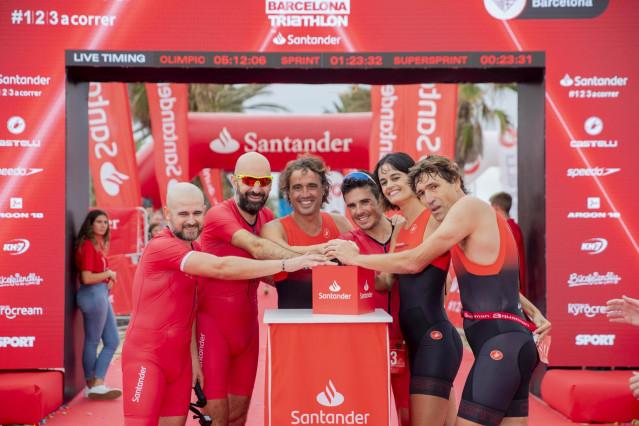 Javier Gómez Noya junto a los exfutbolistas Julio Salinas y Santi Ezquerro y la nadadora Thais Henríquez en un triatlón solidario de Banco Santander