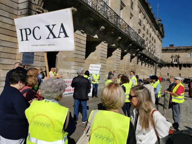 Decenas de jubilados se concentran en la Praza do Obradoiro convocados por la plataforma Pensionistas Compostela.