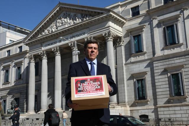 El padre de Diana Quer, Juan Carlos Quer, en las puertas del Congreso de los Diputados, donde entregará más de tres millones de  firmas para la no derogación de la Prisión Permanente Revisable (PPR).