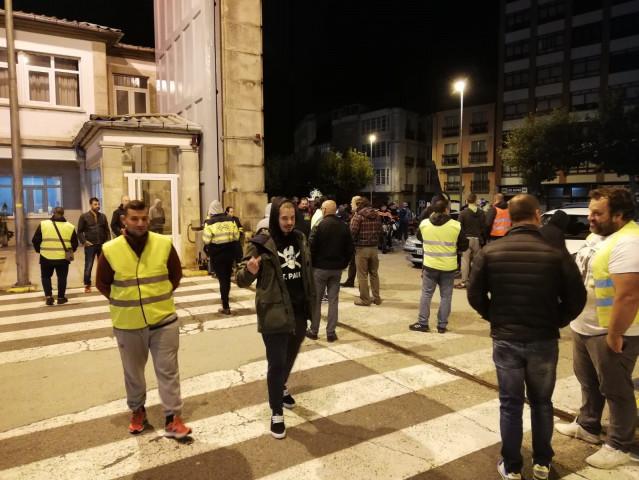 Los trabajadores de la UTE Tecman-Rayma priotestan en Ferrol.