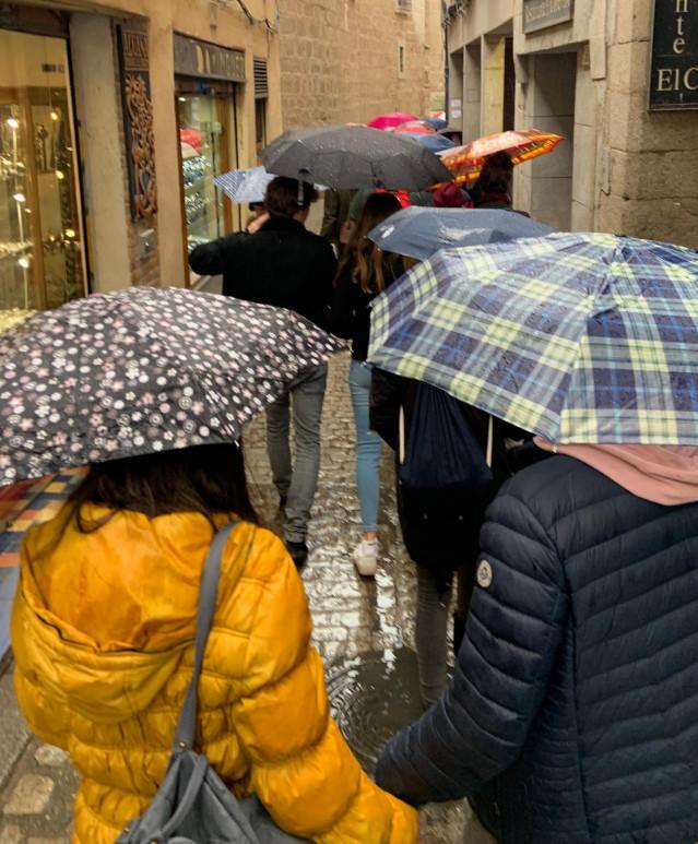 Varias personas con paraguas