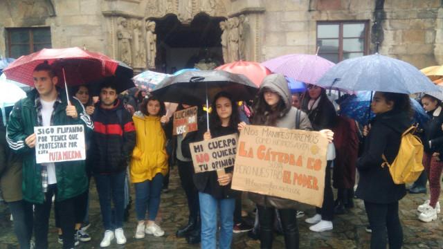 Alumnos protestando para exigir el despido de Luciano Méndez