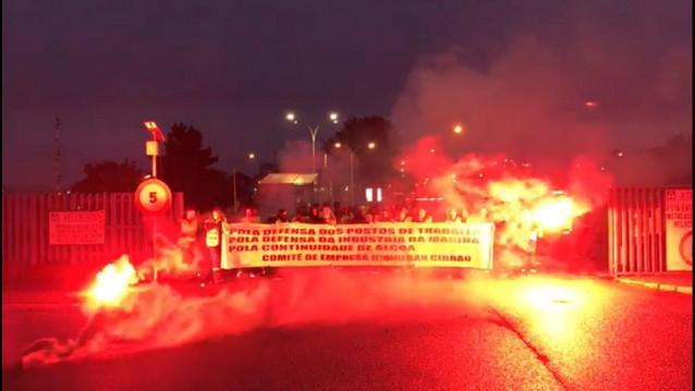Trabajadores de una auxiliar protestan a las puertas de Alcoa en Cervo (Lugo) tras renunciar su empresa a la contrata.