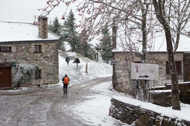 Primera nevada del año en las montañas de Os Ancares, que ha dejado cumbres nevadas en el noroeste peninsular en cotas superiores a los 800 metros. Se espera que la nevada remita en las proximas horas, en Pedrafita do Cebreiro (O Cebreiro, Lugo, Galicia)