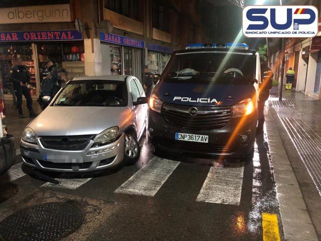 Heridos cinco agentes de la Comisaría de Santiago en Barcelona al chocar un coche contra su furgón policial.