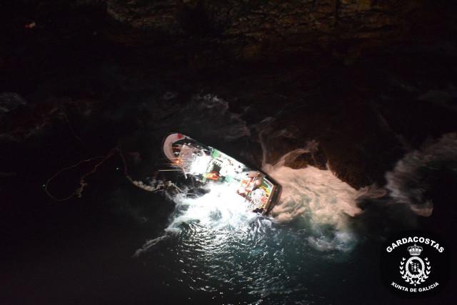 Pesquero embarrancado en las proximidades del Castro de Baroña.